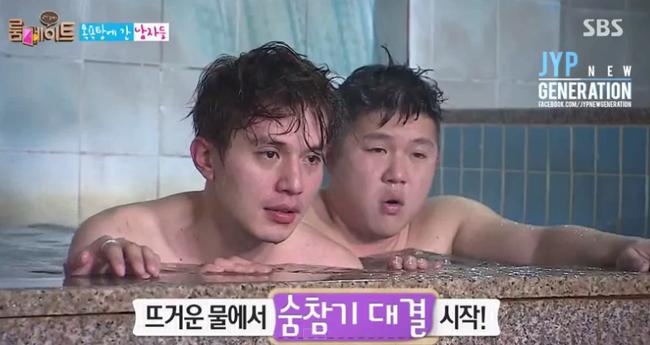 """Thực ra, """"Thần chết"""" Lee Dong Wook cũng tham gia tắm chung mà bị cái... không để lộ gì nhiều đâu"""