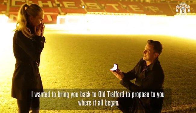Cầu hôn tại Old Trafford, fan Man Utd được Ibrahimovic chúc phúc - Ảnh 1.