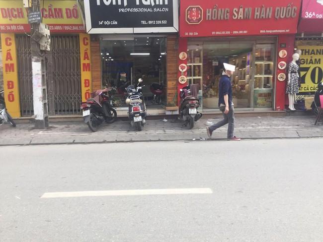 Chùm ảnh: Kẻ vạch phân cách, vỉa hè dành cho người đi bộ ở Hà Nội chỉ còn... 30cm - Ảnh 10.