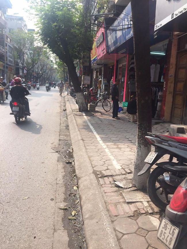 Chùm ảnh: Kẻ vạch phân cách, vỉa hè dành cho người đi bộ ở Hà Nội chỉ còn... 30cm - Ảnh 2.