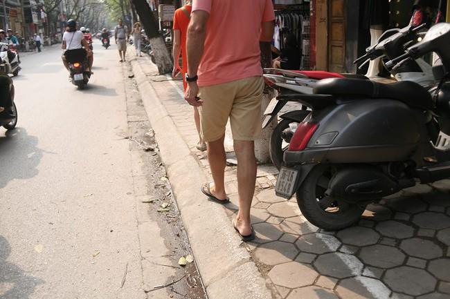 Chùm ảnh: Kẻ vạch phân cách, vỉa hè dành cho người đi bộ ở Hà Nội chỉ còn... 30cm - Ảnh 4.