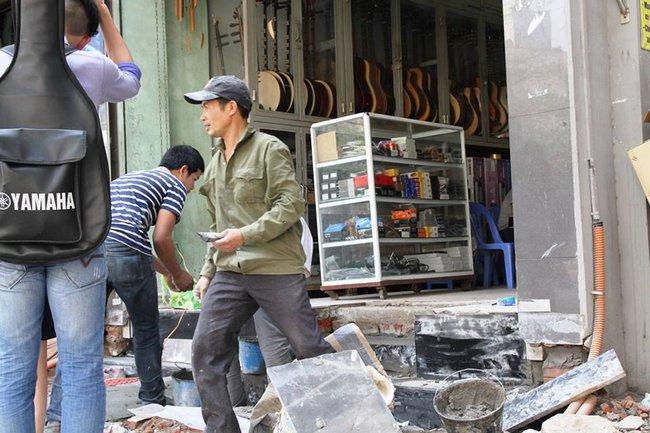 Thay vì lấn chiếm vỉa hè, nhiều người dân Hà Nội đã xây bậc tam cấp lùi vào trong nhà - Ảnh 6.