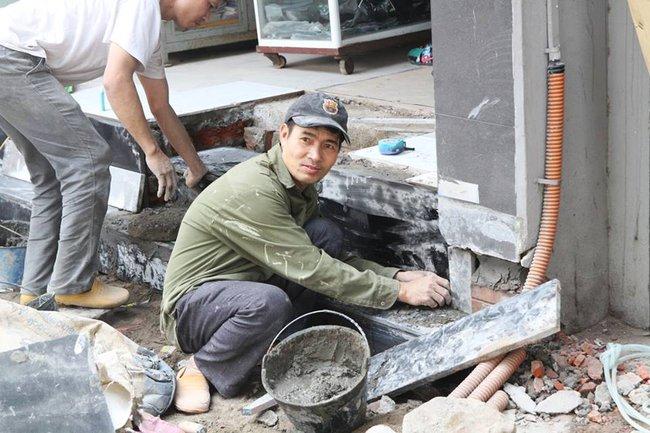 Thay vì lấn chiếm vỉa hè, nhiều người dân Hà Nội đã xây bậc tam cấp lùi vào trong nhà - Ảnh 2.