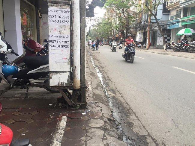Chùm ảnh: Kẻ vạch phân cách, vỉa hè dành cho người đi bộ ở Hà Nội chỉ còn... 30cm - Ảnh 6.