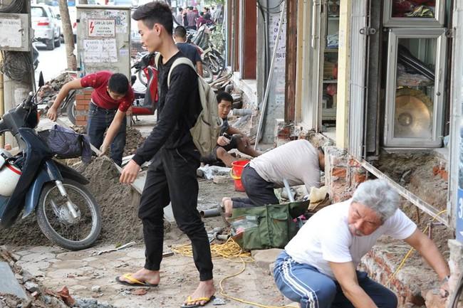 Thay vì lấn chiếm vỉa hè, nhiều người dân Hà Nội đã xây bậc tam cấp lùi vào trong nhà - Ảnh 4.