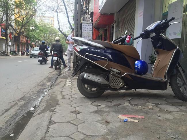 Chùm ảnh: Kẻ vạch phân cách, vỉa hè dành cho người đi bộ ở Hà Nội chỉ còn... 30cm - Ảnh 3.