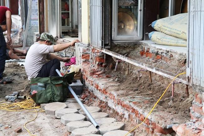 Thay vì lấn chiếm vỉa hè, nhiều người dân Hà Nội đã xây bậc tam cấp lùi vào trong nhà - Ảnh 1.