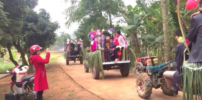 Màn rước dâu bằng 5 xe công nông của cặp đôi lệch nhau 10 tuổi ở Thanh Hóa - Ảnh 6.