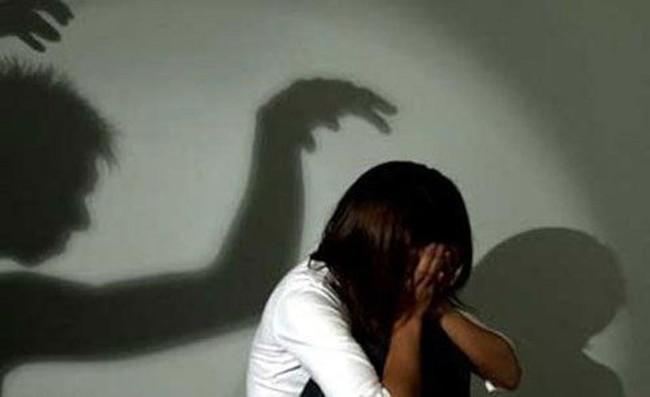 Bé gái 4 tuổi nghi bị người đàn ông xâm hại tình dục khi đi xem bóng chuyền cùng mẹ - Ảnh 1.