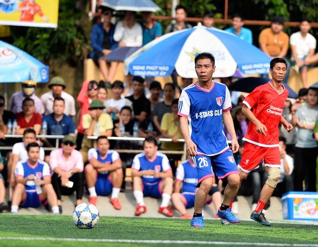 Đội bóng của cha con Phan Thị rủ nhau đi làm từ thiện - Ảnh 7.