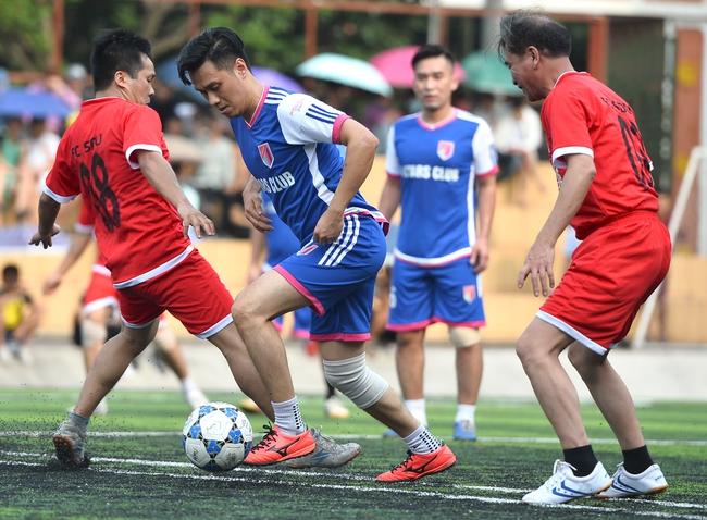 Đội bóng của cha con Phan Thị rủ nhau đi làm từ thiện - Ảnh 6.