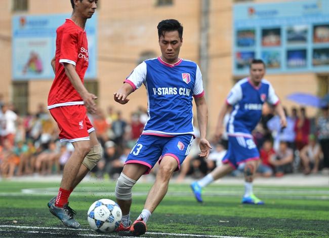 Đội bóng của cha con Phan Thị rủ nhau đi làm từ thiện - Ảnh 5.
