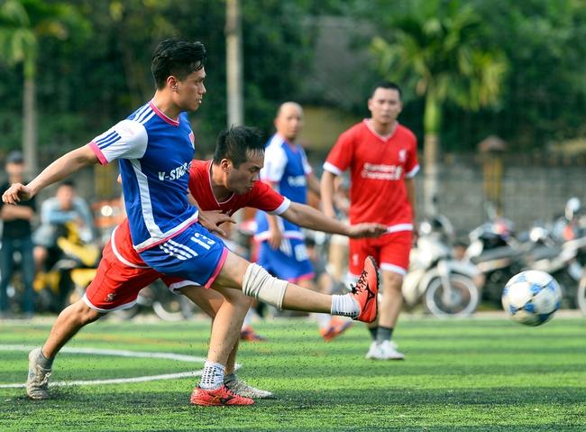 Đội bóng của cha con Phan Thị rủ nhau đi làm từ thiện - Ảnh 3.