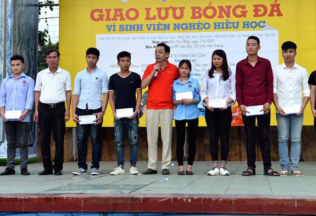 Đội bóng của cha con Phan Thị rủ nhau đi làm từ thiện - Ảnh 9.