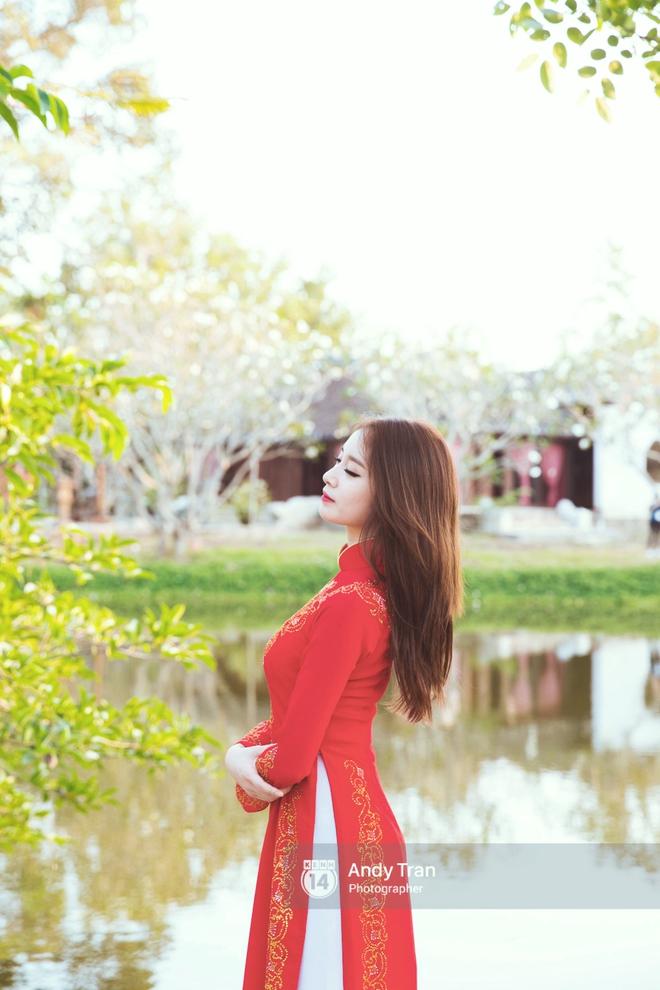 Ngắm các mỹ nhân thế giới đẹp dịu dàng trong tà áo dài Việt Nam - Ảnh 1.