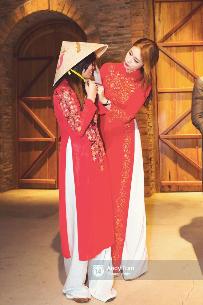 Ngắm các mỹ nhân thế giới đẹp dịu dàng trong tà áo dài Việt Nam - Ảnh 2.