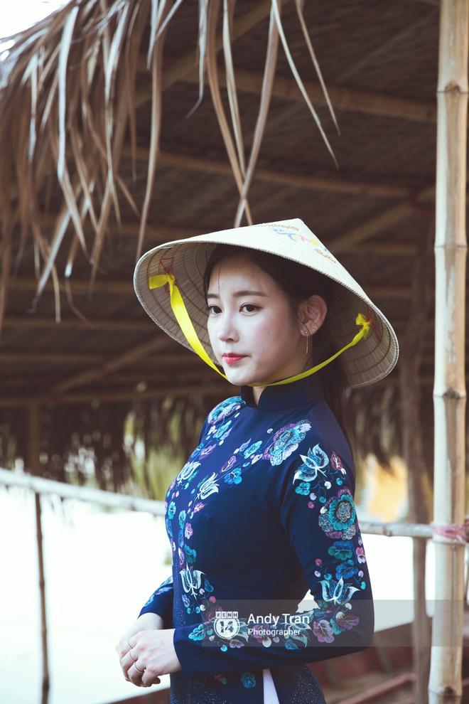 Ngắm các mỹ nhân thế giới đẹp dịu dàng trong tà áo dài Việt Nam - Ảnh 3.