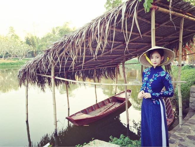 Ngắm các mỹ nhân thế giới đẹp dịu dàng trong tà áo dài Việt Nam - Ảnh 4.