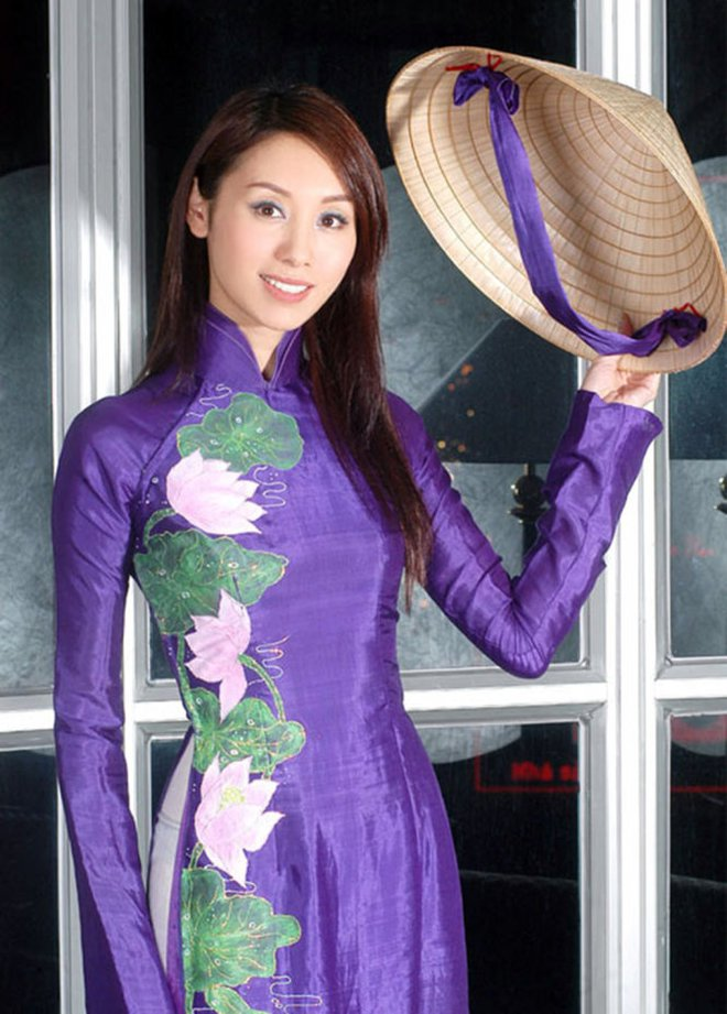 Ngắm các mỹ nhân thế giới đẹp dịu dàng trong tà áo dài Việt Nam - Ảnh 19.