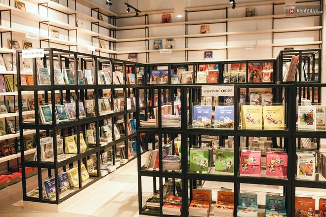 Nhà sách tuyệt đẹp mà bạn có thể nằm dài đọc truyện và chụp ảnh thoải mái tại Sài Gòn - Ảnh 8.