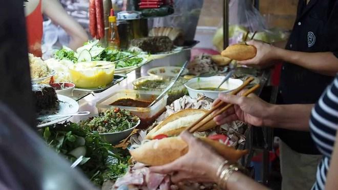Từ bánh mì Hội An đến bún chả Hà Nội, người đàn ông ngồi cùng bàn Obama đã phải lòng Việt Nam theo cách đó... - Ảnh 3.
