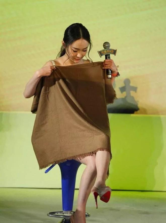 Diện váy ngắn cũn cỡn, người đẹp Hoắc Tư Yến chật vật che chắn để tránh lộ hàng - Ảnh 3.