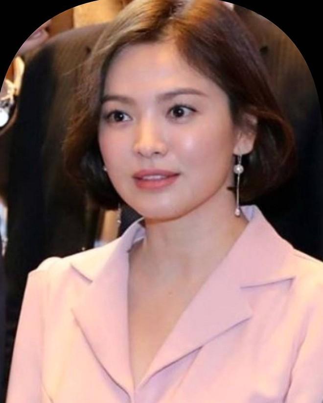 """Song Hye Kyo bận đi sự kiện, Song Joong Ki ở nhà mặt """"buồn thiu"""" vì nhớ vợ?"""