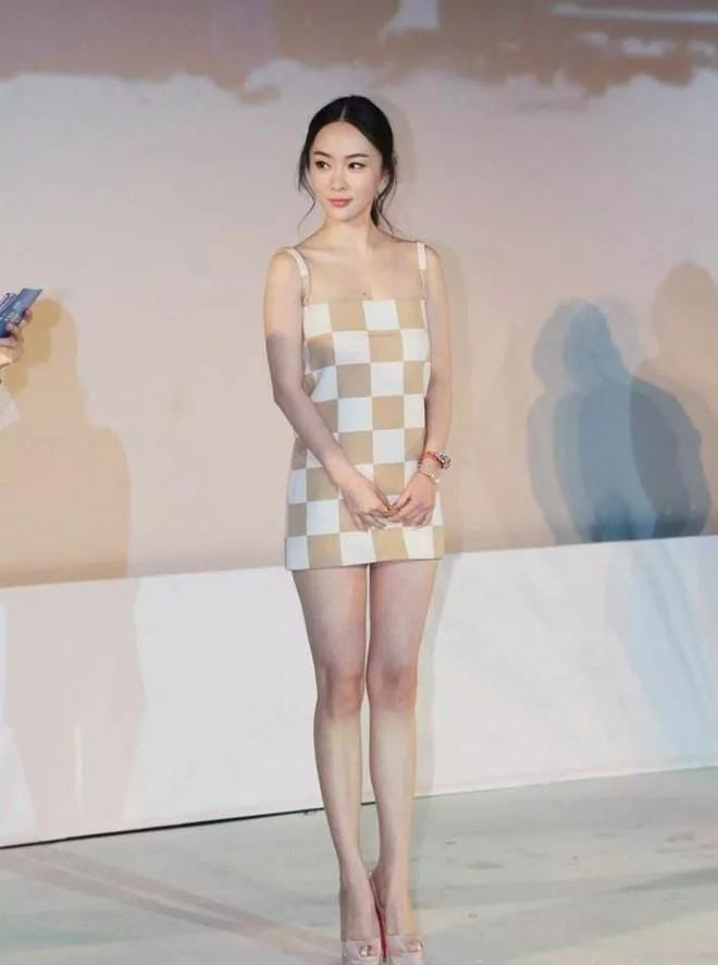 Diện váy ngắn cũn cỡn, người đẹp Hoắc Tư Yến chật vật che chắn để tránh lộ hàng - Ảnh 1.