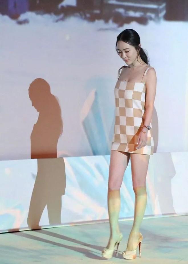 Diện váy ngắn cũn cỡn, người đẹp Hoắc Tư Yến chật vật che chắn để tránh lộ hàng - Ảnh 2.