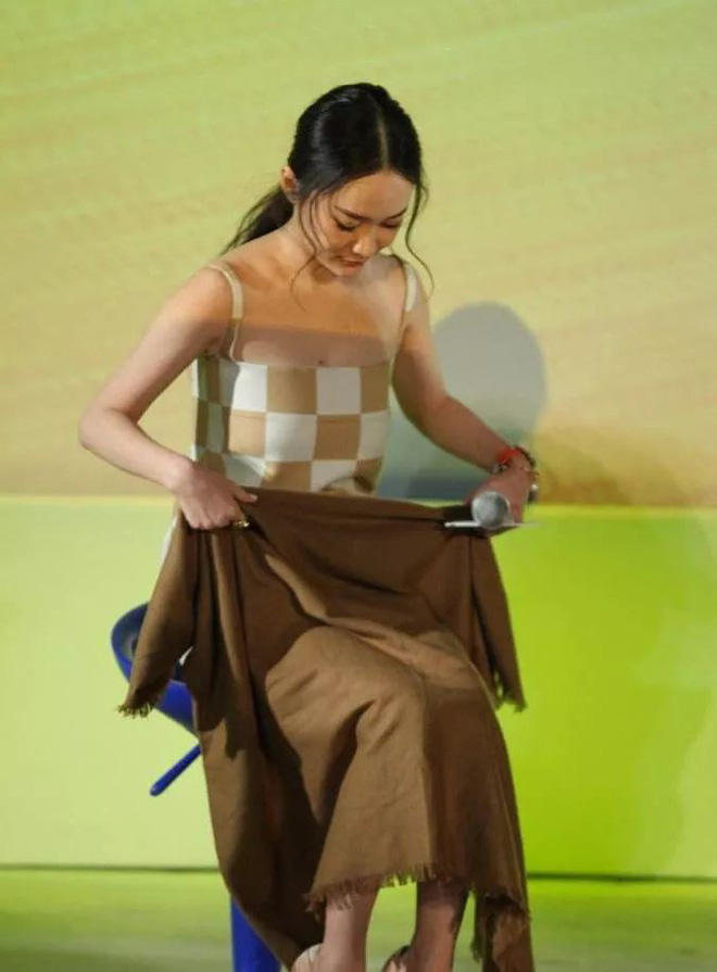 Diện váy ngắn cũn cỡn, người đẹp Hoắc Tư Yến chật vật che chắn để tránh lộ hàng - Ảnh 4.