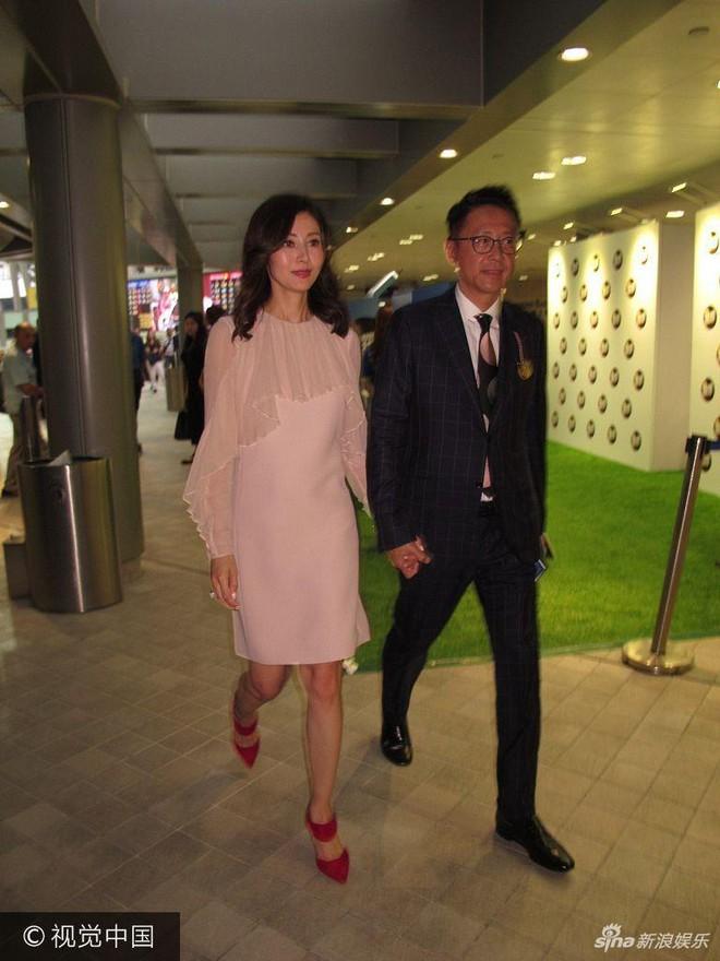 Hoa hậu Hồng Kông trẻ đẹp và hạnh phúc bên chồng đại gia, khoe nhẫn kim cương khủng với nụ cười rạng rỡ - Ảnh 4.
