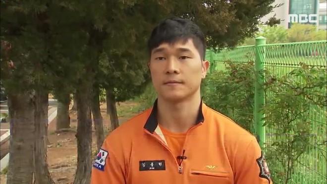 Đạp thẳng mặt nữ sinh ngồi trên lan can định tự tử, anh lính cứu hỏa khiến netizen Hàn dậy sóng - Ảnh 4.