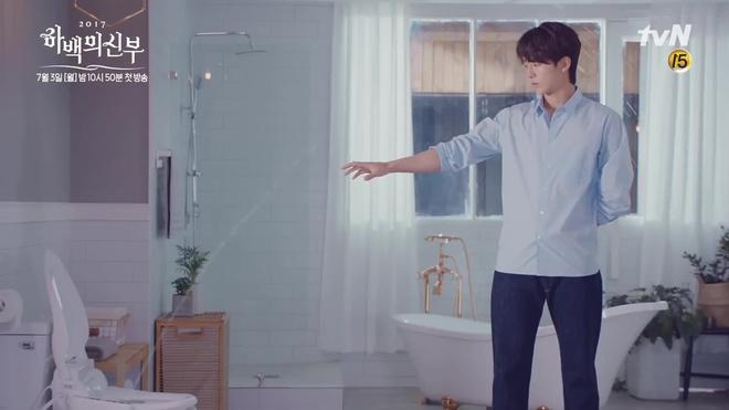 Tưởng Thủy thần Nam Joo Hyuk thế nào, hóa ra là điều khiển nước... bồn cầu! - Ảnh 4.