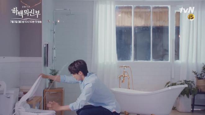 Tưởng Thủy thần Nam Joo Hyuk thế nào, hóa ra là điều khiển nước... bồn cầu! - Ảnh 6.