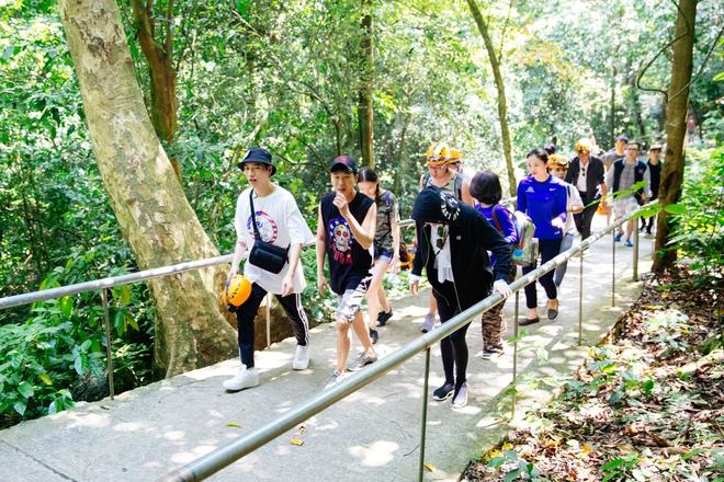 Hồ Ngọc Hà bất chấp nỗi sợ, leo trèo thám hiểm Động Thiên Đường cùng rapper Basick - Ảnh 3.