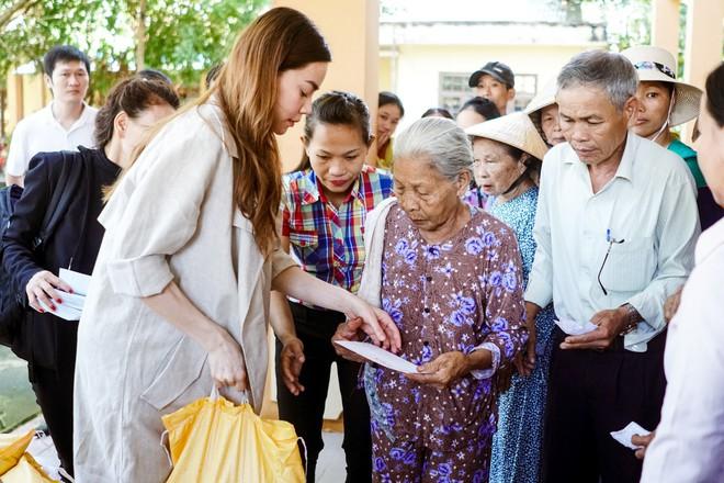 Hồ Ngọc Hà cùng mẹ về miền Trung hỗ trợ bà con sau bão Damrey - Ảnh 6.