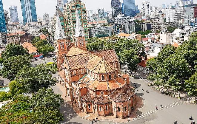 30.000 viên ngói mũi tên cất công nhập từ Pháp để trùng tu Nhà thờ Đức Bà - Ảnh 2.