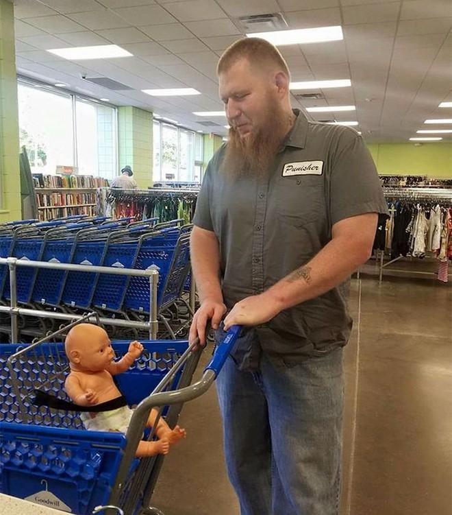 Chuyện lạ: Phía sau câu chuyện cảm động về người đàn ông bế búp bê đi mua sắm - Ảnh 2.