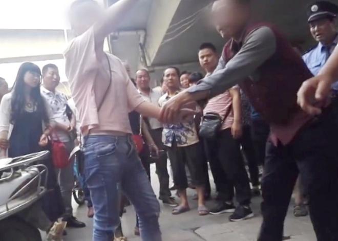 Bất chấp mọi lời can ngăn, cô gái 19 tuổi liên tục đánh chửi bố mẹ già thậm tệ giữa đường - Ảnh 3.