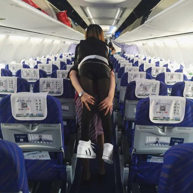 Nữ tiếp viên hàng không gây xúc động mạnh khi tận tụy cõng hành khách khuyết tật xuống máy bay - Ảnh 3.
