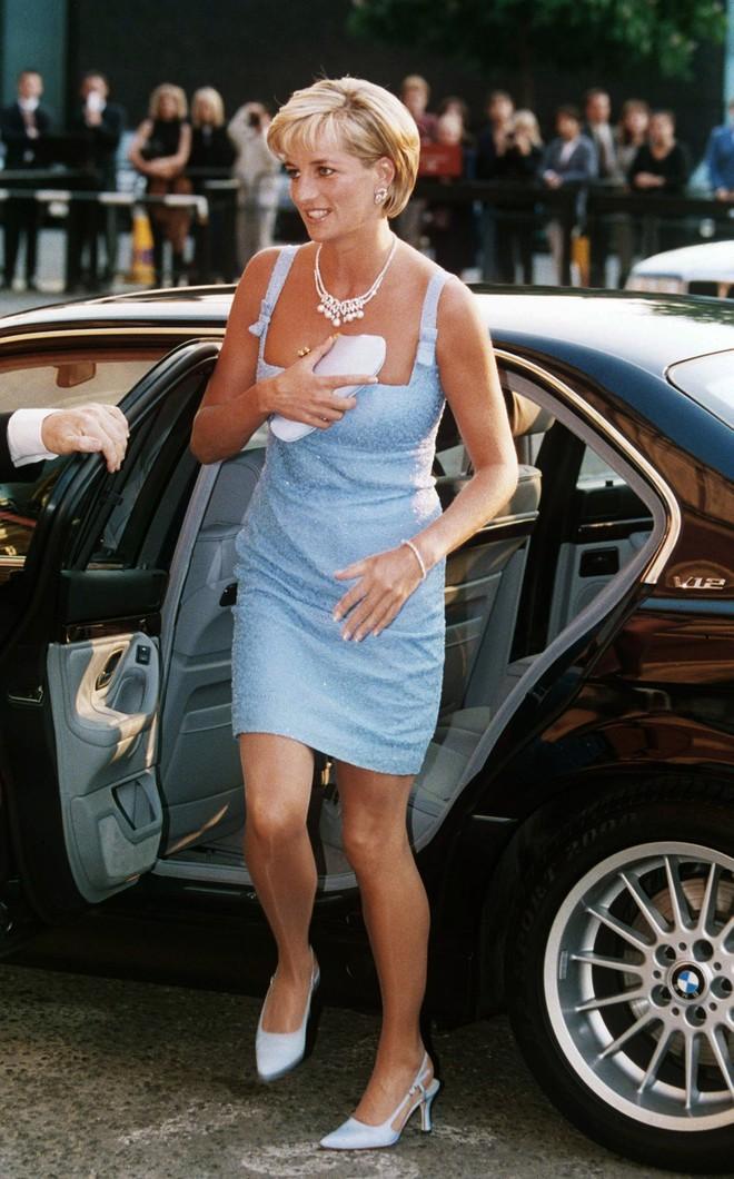 Công nương Diana luôn cầm theo chiếc xắc tay nhỏ xíu nhưng không mấy ai biết công dụng thật của nó - Ảnh 2.