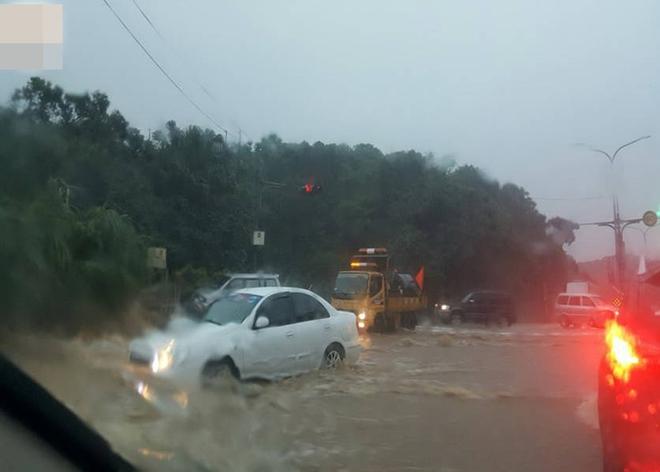 Người dân Đài Loan chật vật đối mặt với ngập úng khắp nơi bởi trận mưa lớn kỷ lục trong 17 năm qua 14