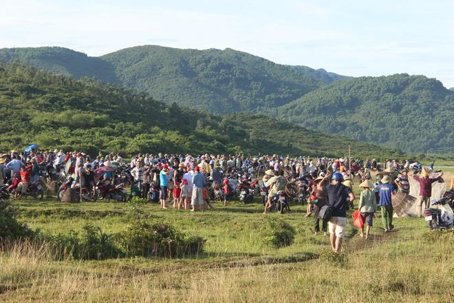 Hà Tĩnh: Hàng trăm người đội nắng xuống đầm bắt cá để cầu may - Ảnh 1.