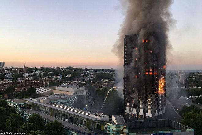 Bàng hoàng hình ảnh tòa tháp 27 tầng ở London sau khi ngọn lửa thui rụi - Ảnh 7