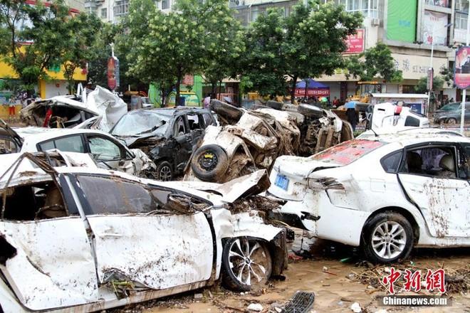 Trung Quốc: Mưa lũ kinh hoàng, ô tô bẹp dúm như đồ chơi, nước ngập tới 4m, bùn chất đống cao 1m - Ảnh 2.