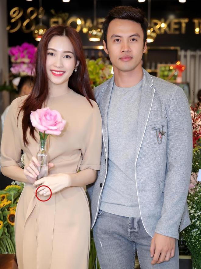 Hậu thông tin kết hôn, Hoa hậu Thu Thảo đeo nhẫn cưới lấp lánh, xuất hiện rạng rỡ tại sự kiện  - Ảnh 2.