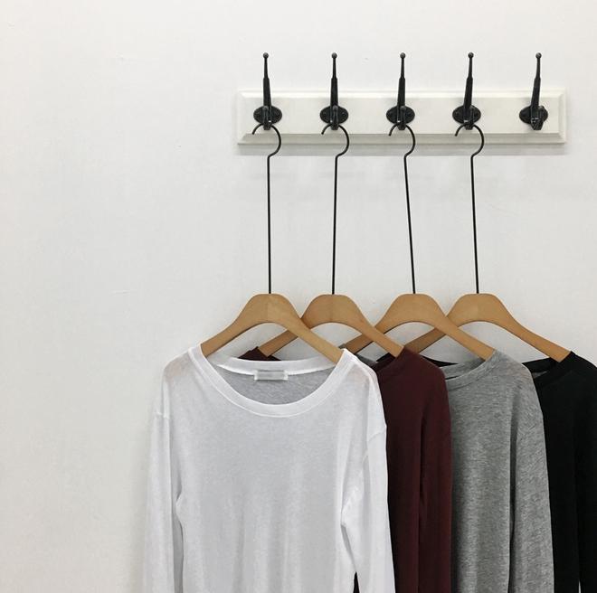 Thủ sẵn vài ba chiếc áo thun ôm trơn màu, công cuộc ăn diện mùa thu của bạn sẽ lên hương hẳn - Ảnh 1.
