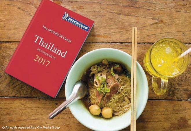 Quán ăn vỉa hè có món trứng rán 500k ở Thái đã vượt mặt cả nhà hàng cao cấp để giành sao Michelin năm nay - Ảnh 1.