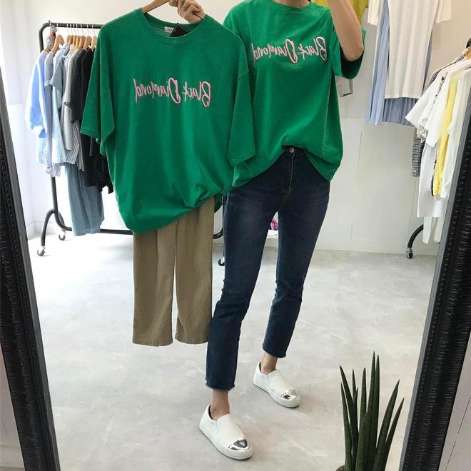 T-shirt với font chữ viết tay, món mới siêu hot đang được giới trẻ châu Á diện miết mải - Ảnh 9.