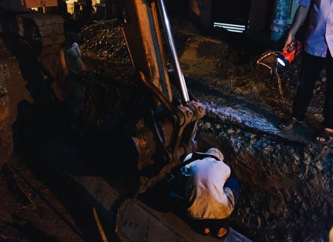 Chùm ảnh: Những công nhân miệt mài dưới lòng đất khi Sài Gòn chìm vào giấc ngủ - Ảnh 10.